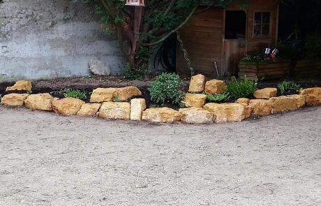 Bordure rocaille et pierres dorées